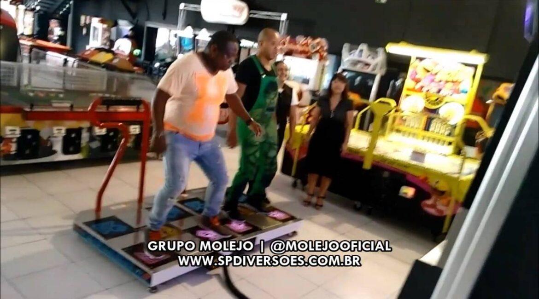 Grupo Molejo se diverte da Pump, no Game Center do SP Diversões